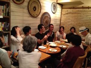 実行委員メンバー北斗さんを中心に、熱心に交流する参加者の方々