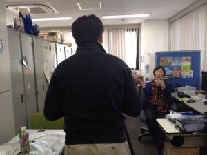 撮影風景。オフィスが散らかっていますが・・・編集室です。